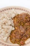 Μαγειρευμένα πράσινα μπιζέλια και συκώτι κοτόπουλου με τα μαγειρευμένα μακαρόνια Στοκ φωτογραφία με δικαίωμα ελεύθερης χρήσης