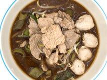 Μαγειρευμένα τεμαχισμένα χοιρινό κρέας και κεφτή χοιρινού κρέατος στην ταϊλανδική σούπα ύφους Στοκ Εικόνες