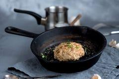 Μαγειρευμένα τηγανισμένα καρυκεύματα σκόρδου πρασινάδων κεφτών παν στοκ φωτογραφία