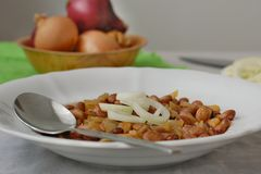 Μαγειρευμένα φασόλια με το κρεμμύδι Στοκ Εικόνα