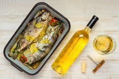Μαγειρευμένα ψάρια και άσπρο κρασί Στοκ Εικόνα