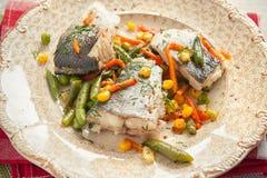 Μαγειρευμένα ψάρια με τα λαχανικά Στοκ εικόνα με δικαίωμα ελεύθερης χρήσης