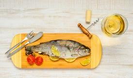 Μαγειρευμένα ψάρια πεστροφών με το άσπρο κρασί γυαλιού Στοκ φωτογραφία με δικαίωμα ελεύθερης χρήσης