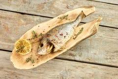 Μαγειρευμένα ψάρια σε ένα ξύλινο πιάτο, τοπ άποψη Στοκ εικόνα με δικαίωμα ελεύθερης χρήσης