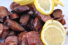 Μαγειρευμένα chorizo ορεκτικά με τις φέτες λεμονιών Στοκ εικόνα με δικαίωμα ελεύθερης χρήσης