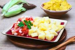 Μαγειρευμένη μανιόκα με την ντομάτα, το κρεμμύδι και το καλαμπόκι Στοκ Εικόνες