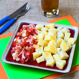Μαγειρευμένη μανιόκα με την ντομάτα, το κρεμμύδι και το καλαμπόκι Στοκ εικόνες με δικαίωμα ελεύθερης χρήσης
