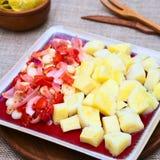 Μαγειρευμένη μανιόκα με το καλαμπόκι, ντομάτα, κρεμμύδι Στοκ Φωτογραφίες