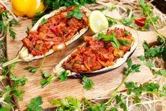 Μαγειρευμένη μελιτζάνα και γεμισμένος με τα λαχανικά στοκ εικόνες