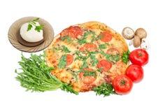 Μαγειρευμένη πίτσα και διάφορα συστατικά για το που μαγειρεύει Στοκ φωτογραφίες με δικαίωμα ελεύθερης χρήσης