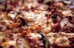 μαγειρευμένη πίτσα λεπτομέρειας στοκ φωτογραφία