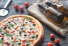 Μαγειρευμένη πίτσα με την μπύρα Στοκ Εικόνες