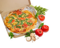 Μαγειρευμένη πίτσα στο κουτί από χαρτόνι, τις ντομάτες, τα μανιτάρια και το arugula Στοκ εικόνες με δικαίωμα ελεύθερης χρήσης