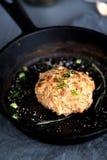 Μαγειρευμένη τηγανισμένη cutlet παν πρασινάδα στοκ εικόνες