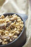 Μαγειρευμένος για το δοχείο bulgur του κουάκερ με τα μανιτάρια Η έννοια των κατάλληλων υγιών απλών και θρεπτικών τροφίμων στοκ φωτογραφία με δικαίωμα ελεύθερης χρήσης