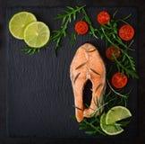 Μαγειρευμένος στην μπριζόλα σολομών ατμού με τα λαχανικά στοκ φωτογραφίες