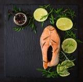 Μαγειρευμένος στην μπριζόλα σολομών ατμού με τα λαχανικά στοκ εικόνα