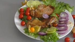 Μαγειρευμένος στο ψημένο στη σχάρα χοιρινό κρέας φιλμ μικρού μήκους