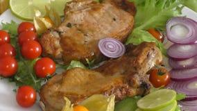 Μαγειρευμένος στο ψημένο στη σχάρα χοιρινό κρέας απόθεμα βίντεο