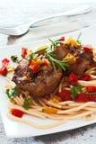 Μαγειρευμένο βόειο κρέας με τα ζυμαρικά και τα λαχανικά Στοκ εικόνα με δικαίωμα ελεύθερης χρήσης