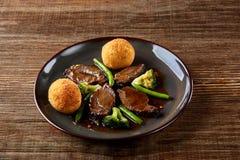 Μαγειρευμένο βόειο κρέας με τα λαχανικά στο ξύλινο υπόβαθρο κοντά επάνω καυτό κρέας πιάτων Τοπ όψη Στοκ Εικόνες