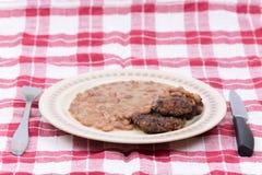Μαγειρευμένο κεφτές εξυπηρετούμενο φασόλια πιάτο μαχαιριών δικράνων Στοκ φωτογραφίες με δικαίωμα ελεύθερης χρήσης