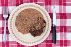 Μαγειρευμένο κεφτές εξυπηρετούμενο φασόλια πιάτο μαχαιριών δικράνων Στοκ Φωτογραφία