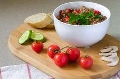 Μαγειρευμένο κουάκερ φαγόπυρου με το τεμαχισμένο γλυκό κόκκινο πιπέρι Στοκ Εικόνες
