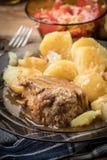 Μαγειρευμένο κρέας χοιρινού κρέατος που εξυπηρετείται με τις πατάτες Στοκ Εικόνες