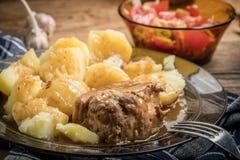 Μαγειρευμένο κρέας χοιρινού κρέατος που εξυπηρετείται με τις πατάτες Στοκ εικόνες με δικαίωμα ελεύθερης χρήσης