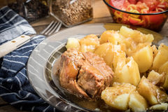 Μαγειρευμένο κρέας χοιρινού κρέατος που εξυπηρετείται με τις πατάτες Στοκ Φωτογραφίες