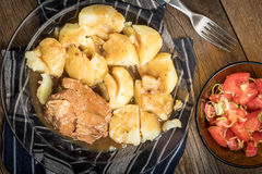 Μαγειρευμένο κρέας χοιρινού κρέατος που εξυπηρετείται με τις πατάτες Στοκ φωτογραφία με δικαίωμα ελεύθερης χρήσης