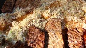 Μαγειρευμένο λάχανο με το μαγείρεμα χοιρινού κρέατος απόθεμα βίντεο