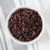 Μαγειρευμένο μαύρο ρύζι στο κύπελλο Στοκ Εικόνες