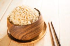 Μαγειρευμένο οργανικό basmati καφετί ρύζι με chopsticks Στοκ Εικόνες