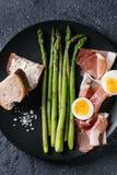 Μαγειρευμένο πράσινο σπαράγγι με το αυγό Στοκ φωτογραφία με δικαίωμα ελεύθερης χρήσης