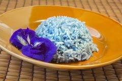 Μαγειρευμένο ρύζι με το λουλούδι μπιζελιών πεταλούδων, τρόφιμα της Ασίας. Στοκ εικόνα με δικαίωμα ελεύθερης χρήσης