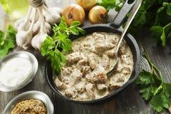 Μαγειρευμένο χοιρινό κρέας με τη σάλτσα μουστάρδας Στοκ φωτογραφίες με δικαίωμα ελεύθερης χρήσης