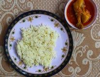 Μαγειρευμένο basmati ρύζι και κατ' οίκον γίνοντα κάρρυ κοτόπουλου Στοκ φωτογραφία με δικαίωμα ελεύθερης χρήσης