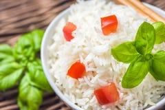 Μαγειρευμένο basmati ρύζι με την ντομάτα και το βασιλικό Στοκ Εικόνα