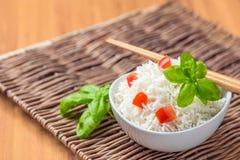 Μαγειρευμένο basmati ρύζι με την ντομάτα και το βασιλικό Στοκ εικόνες με δικαίωμα ελεύθερης χρήσης
