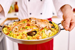 Μαγειρευμένο fideua Βαλέντσια που εξυπηρετείται από τον αρχιμάγειρα Στοκ φωτογραφία με δικαίωμα ελεύθερης χρήσης