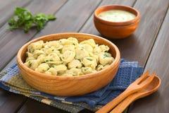 Μαγειρευμένο Tortellini με τη σάλτσα μαϊντανού και κρέμας Στοκ Εικόνα