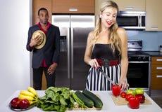 Μαγειρεύοντας αιφνιδιαστικό γεύμα συζύγων Στοκ Εικόνες