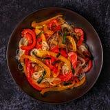 Μαγειρεύοντας Ασιάτης ανακατώνει τα νουντλς τηγανητών με τα λαχανικά Στοκ εικόνες με δικαίωμα ελεύθερης χρήσης