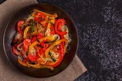 Μαγειρεύοντας Ασιάτης ανακατώνει τα νουντλς τηγανητών με τα λαχανικά Στοκ φωτογραφία με δικαίωμα ελεύθερης χρήσης