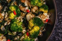 Μαγειρεύοντας Ασιάτης ανακατώνει το ρύζι τηγανητών με τα λαχανικά Στοκ Φωτογραφία
