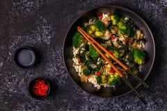 Μαγειρεύοντας Ασιάτης ανακατώνει το ρύζι τηγανητών με τα λαχανικά Στοκ φωτογραφία με δικαίωμα ελεύθερης χρήσης