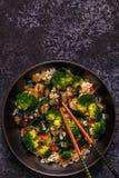 Μαγειρεύοντας Ασιάτης ανακατώνει το ρύζι τηγανητών με τα λαχανικά Στοκ Εικόνα