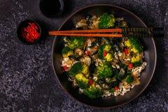 Μαγειρεύοντας Ασιάτης ανακατώνει το ρύζι τηγανητών με τα λαχανικά Στοκ εικόνες με δικαίωμα ελεύθερης χρήσης
